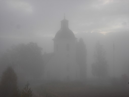 N�s kyrka i dimma